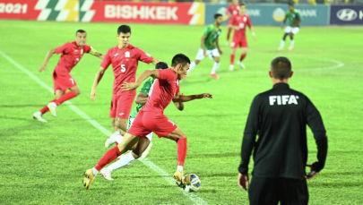 Игроки сборной Кыргызстана по футболу во время матча. Архивное фото