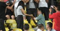 Предложение руки и сердца во время матча Кыргызстан — Бангладеш
