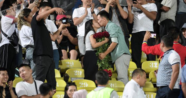 Предложение руки и сердца на трибунах стадиона во время матча Кыргызстан — Бангладеш, в рамках Кубка трех наций. 07 сентября 2021 года