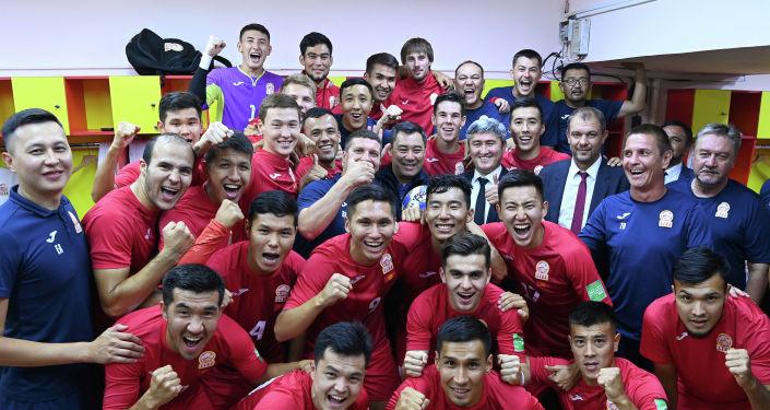 Президент Садыр Жапаров во время поздравлений сборной Кыргызстана по футболу, после победы над сборной Бангладеша, на стадионе им. Долона Омурзакова. 07 сентября 2021 года