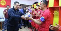 Президент Садыр Жапаров и председатель ГКНБ Камчыбек Ташиев пришли поддержать сборную Кыргызстана по футболу в матче со сборной Бангладеш.