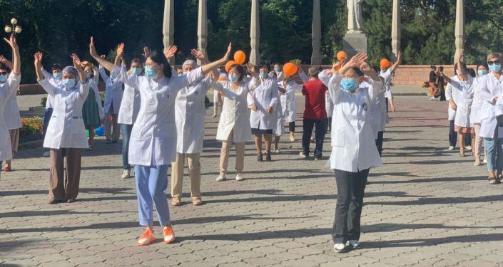 В Бишкеке в рамках широкомасштабной акции по вакцинации населения прошли флешмобы под девизом Вакцинируйтесь, защитите себя и своих близких!