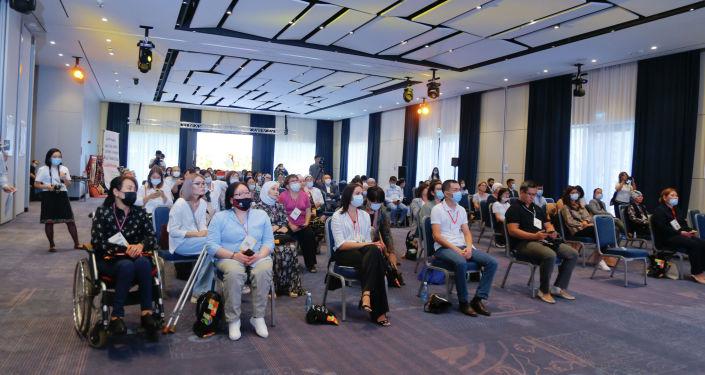 Посетители на презентации первой онлайн-платформы для женщин-предпринимательниц в Кыргызстане. 08 сентября 2021 года