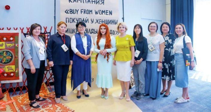 Ассоль Молдокматова и другие участники на презентации первой онлайн-платформы для женщин-предпринимательниц в Кыргызстане. 08 сентября 2021 года