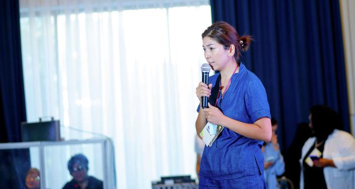 Девушка во время выступления на презентации первой онлайн-платформы для женщин-предпринимательниц в Кыргызстане. 08 сентября 2021 года