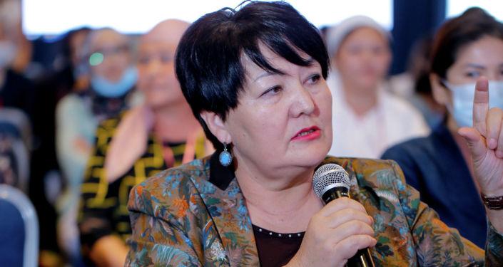 Женщина во время выступления на презентации первой онлайн-платформы для женщин-предпринимательниц в Кыргызстане. 08 сентября 2021 года