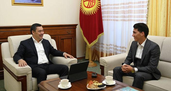 Президент Кыргызстана Садыр Жапаров во время встречи с кыргызстанским пловцом, мастером спорта Владиславом Шулико