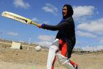 Афганистанда мектеп аймагында крикет ойноп жаткан аял. Архив