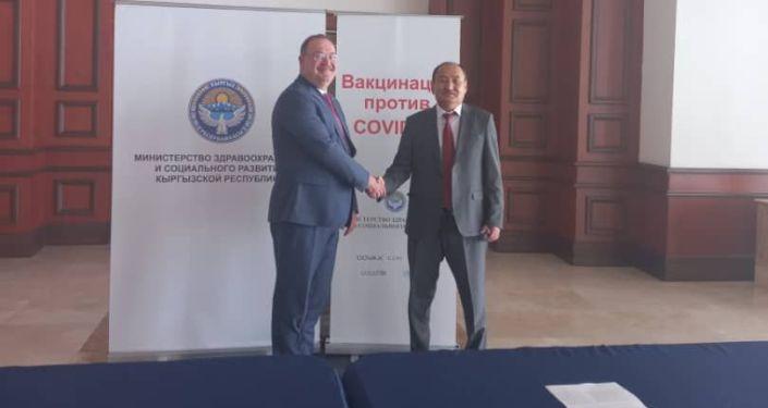 В Кыргызстан поступили 150 тысяч доз китайской вакцины Sinovac, предоставленная в качестве гуманитарной помощи Турцией в рамках двустороннего соглашения