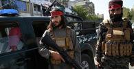 Боевики Талибана охраняют дорогу в Кабуле