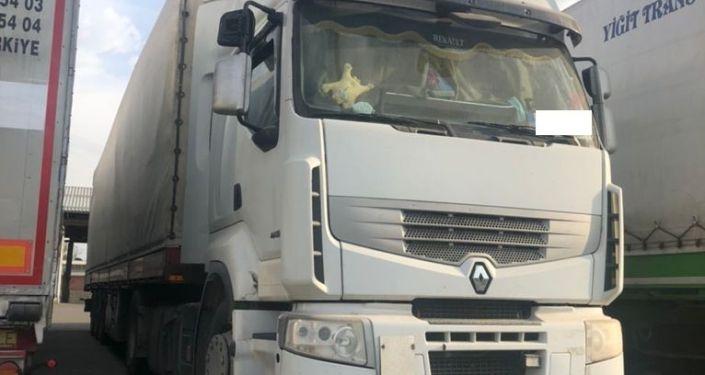 Задержанные три грузовые машины с контрабандой, на сумму свыше 8 миллионов сомов. 10 сентября 2021 года