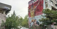 Токио Олимпиадасынын күмүш медалынын ээси Айсулуу Тыныбекованын сүрөтү Бишкектин чок ортосундагы көп кабаттуу үйдүн дубалына тартылып жатат