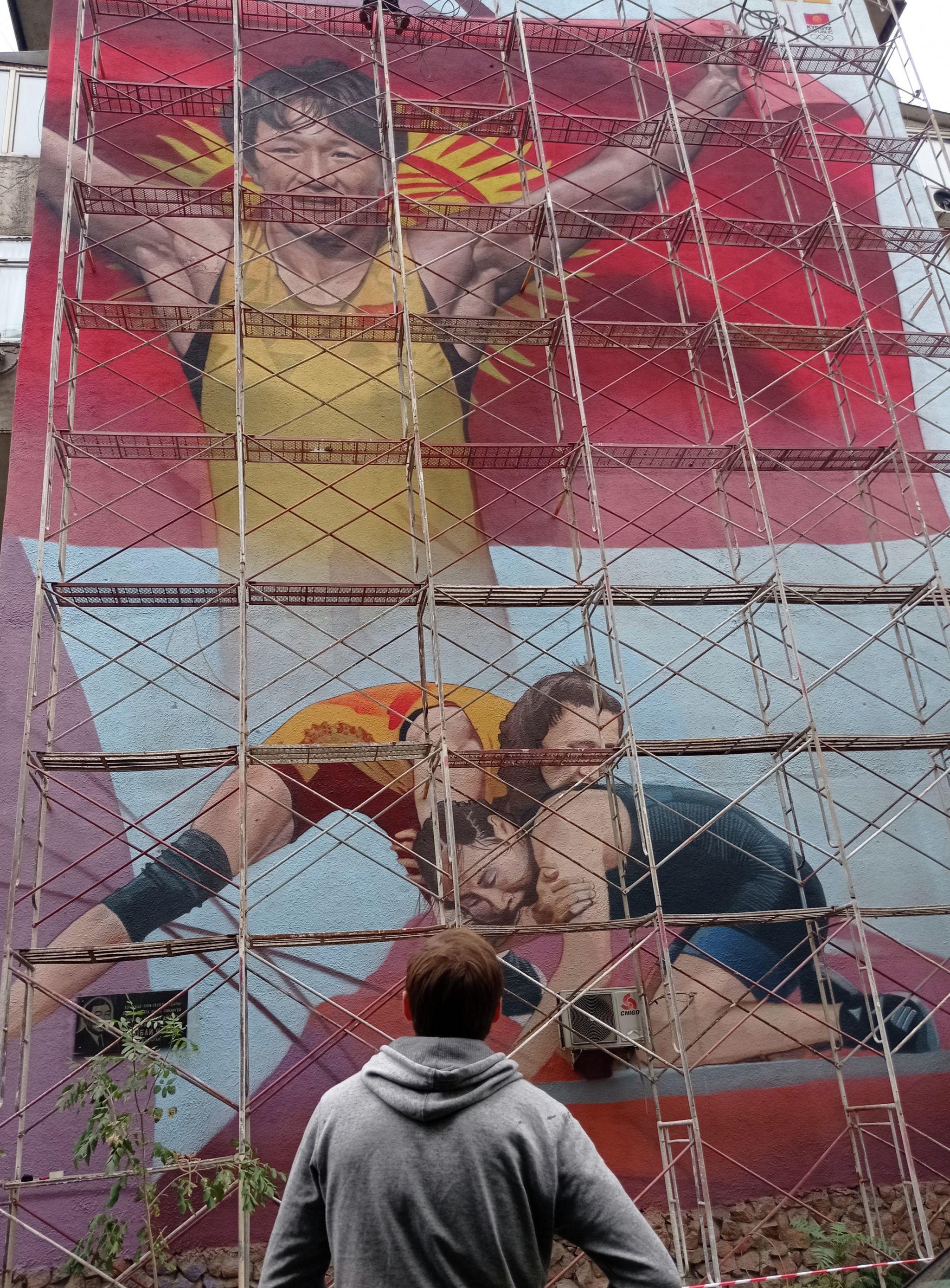 Мурал с изображением призера Олимпийских игр борца Айсулуу Тыныбековой на стене одного из домов на пересечении улиц Абдрахманова и Токтогула