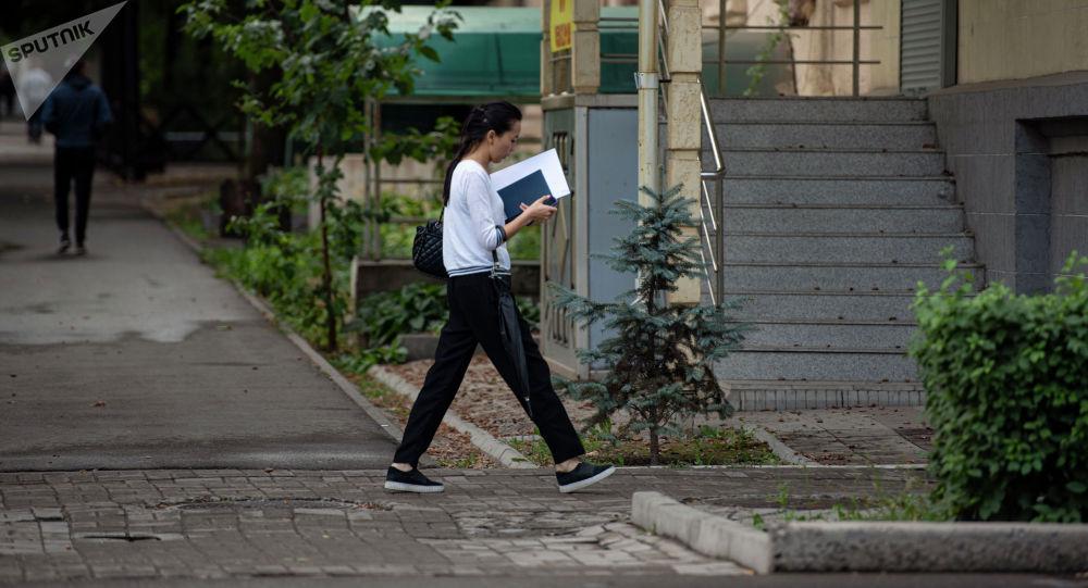 Бишкектеги жүргүнчү. Архивдик сүрөт