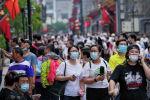 Люди в медицинских масках на улице в Пекине