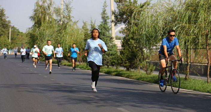 Участники марафона по борьбе с COVID-19, ВИЧ и туберкулезом во время забега в Оше. 11 сентября 2021 года