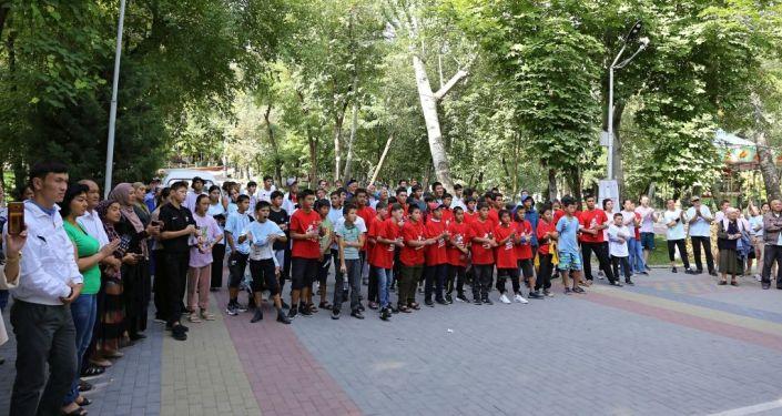 Участники детского марафона по борьбе с COVID-19, ВИЧ и туберкулезом во время забега в Оше. 11 сентября 2021 года
