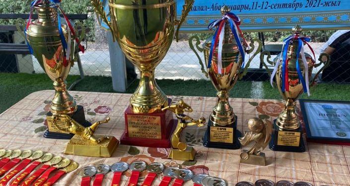 Награды турнира по мини-футболу среди сотрудников судебной системы на кубок Председателя Верховного суда КР