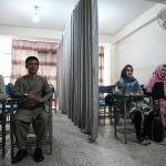Кабулдагы менчик университеттин студенттери сабак учурунда. Талибдер жаңы окуу жылынын алдында университет, колледждердеги кыз-келиндерди сабак учурунда никаб кийгенге милдеттендирди. Билим берүү кыздарга өзүнчө, балдарга өзүнчө өтөрүн айтышкан. Эгерде алар бир жайда окуй турган болсо, кыз-келиндер отурчу жакты кездеме менен тосуп коюу керек дешкен
