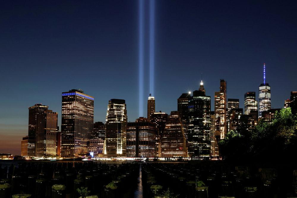 Нью-Йорк шаарында 2001-жылдын 11-сентябрындагы терактынын курмандыктарынын элесине арналган Public art Tribute in Light жарык инсталляциясын күйгүзүштү. Инсталляцияны шаардыктарга күн батары менен ачып беришти. Анда 88 прожектор талкаланган эгиз мунараны элестетип, асманды көздөй кеткен эки жарыкты берип турду