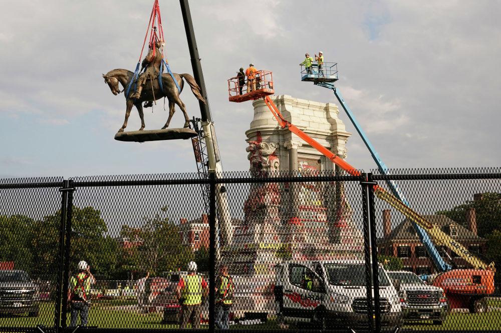 Ричмонд шаарында америкалык генерал-конфедерат Роберт Линин статуясын алган учурда Black Lives Matter кыймылынын ураанын айтып турушту. Ричмондогу бул статуя конфедераттарга тургузулган эң маанилүү эстеликтердин бири