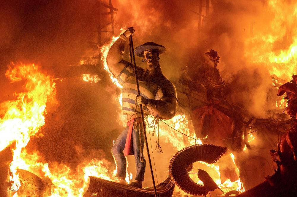 Валенсияда (Испания) Фальяс деп аталган салттуу фестиваль өттү. Ал адатта мартта белгиленет, бирок коронавирустан улам бул иш-чара акыркы ирет 2019-жылы уюштурулган эле.