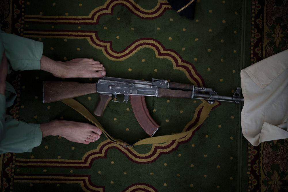 Талибан (Кыргызстан, Россия жана бир катар мамлекеттерде ишмердүүлүгүнө тыюу салынган уюм) кыймылынын согушкери жана анын автоматы. Сүрөт Кабулдагы жума намаз учурунда мечиттен тартылган