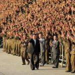 Түндүк Корея лидери Ким Чен Ын мамлекеттин түзүлгөндүгүнүн 73 жылдыгына карата салтанатта аскерлер менен учурашууда. Кореянын Борбордук телеграф агенттиги жарыялаган сүрөттө Ким Чен Ындын арыктап калганын байкоого болот