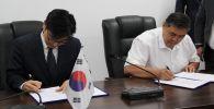 УКМК башчысы Камчыбек Ташиев жана Корея мамлекетинин элчиси Ли Вонджэнин кол коюусу