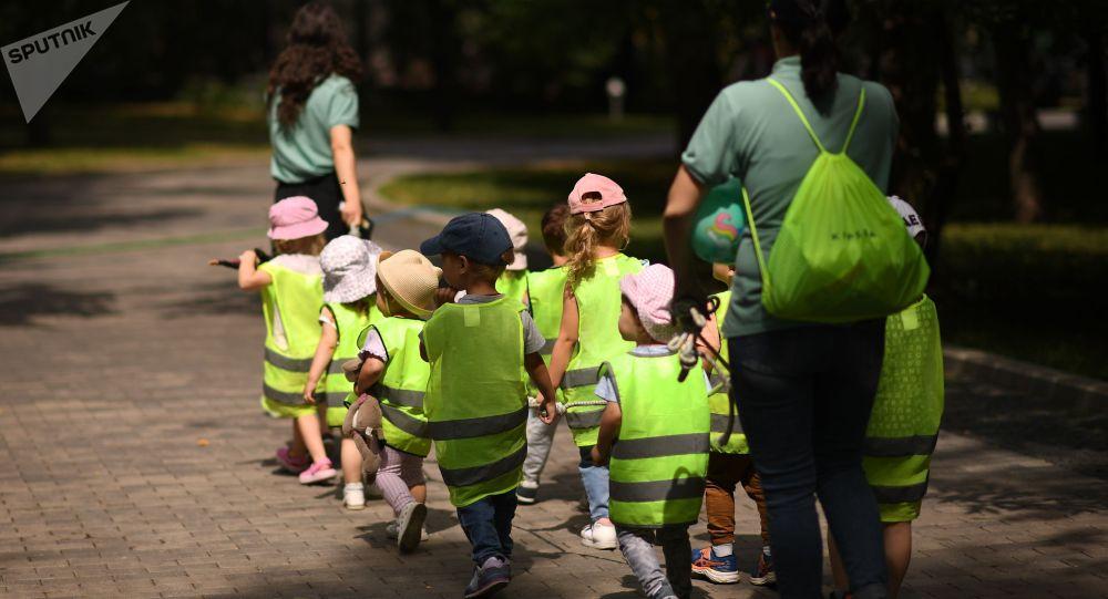 Детская группа во время прогулки. Архивное фото
