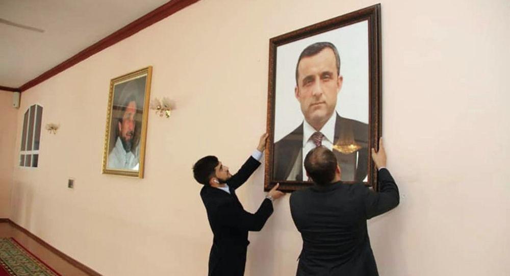 Афганистандын эски вице-президенти Амрулла Салехтин портретин илип аткан кызматкерлер. Архивдик сүрөт