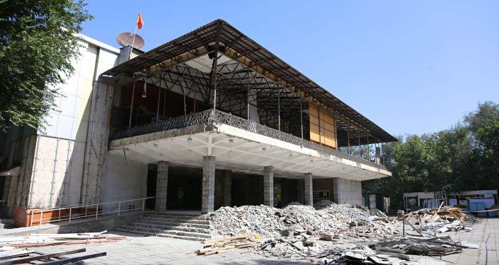 Процесс реконструкции Ошского музыкально-драматического театра имени Бабура