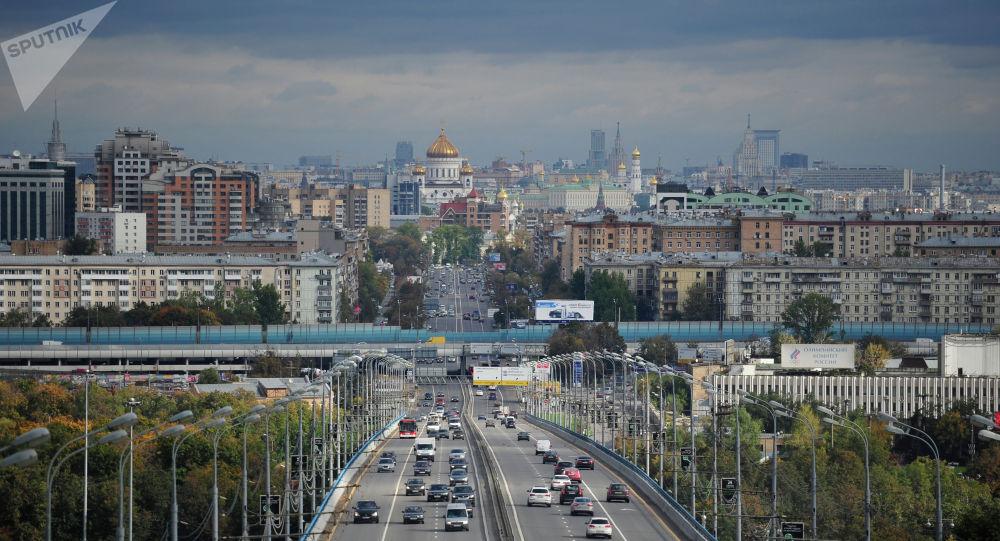 Вид на метромост с Воробьевых гор в Москве. Архивное фото