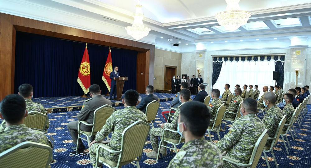 Президент Садыр Жапаров бүгүн VII эл аралык армия оюндарынын (АрМИ-2021) алкагында өткөн Танк биатлону менен Десанттык взвод мелдештеринин жеңүүчүлөрүнө сыйлыктарды тапшырды