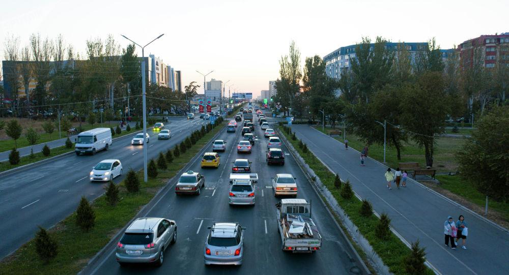 Автотранспорт стоит на заторе на проспекте Масалиева в Бишкеке. Архивное фото