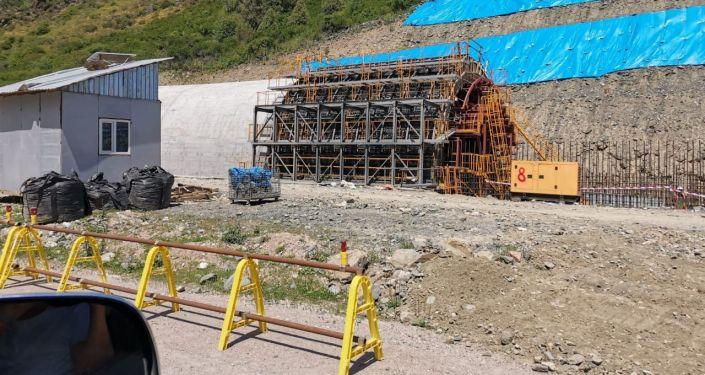 На 246-м километре трассы Бишкек — Ош строят снегозащитную галерею (тоннель) закрытого типа