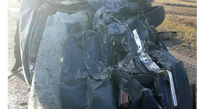 Последствия ДТП на 308 км автодороге Бишкек-Ош, где бензовоз MAN столкнулся с автомобилем Жигули ВАЗ-2107