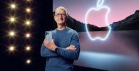 Генеральный директор Apple Тим Кук держит iPhone 13 Pro Max и Apple Watch Series 7 во время специального мероприятия в Apple Park в Купертино, Калифорния