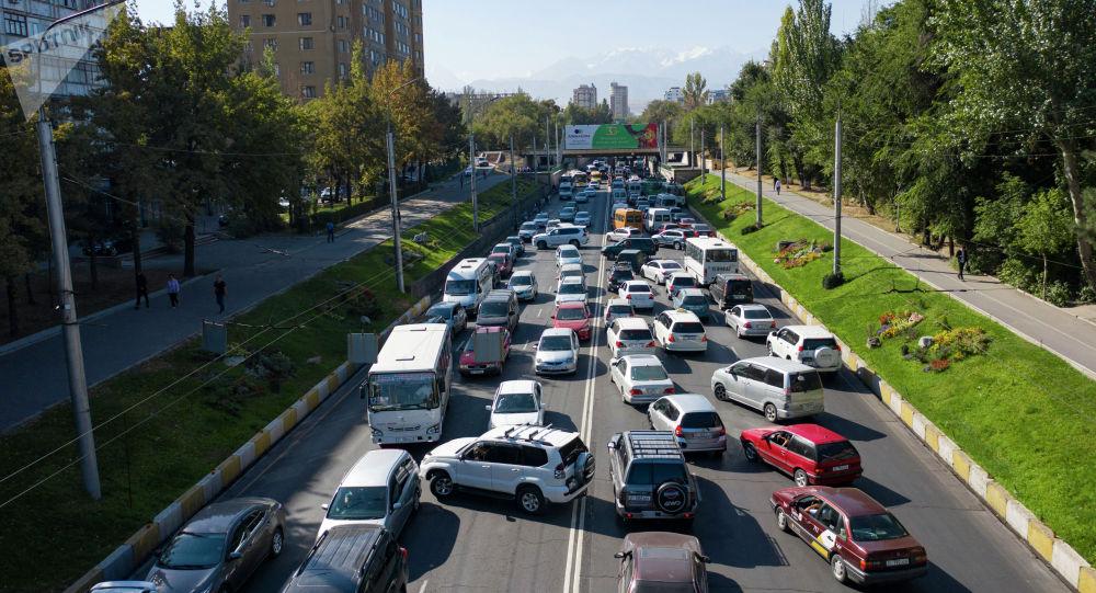Автомобильный транспорт стоит в пробке по улице Абдрахманова в Бишкеке