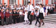 Сегодня, 15 сентября, во всех школах Кыргызстана прошли торжественные линейки. Такого в Кыргызстане не было никогда — впервые в стране учеба начинается не 1 сентября в День знаний, а в середине сентября.