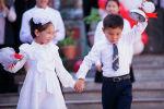 Бүгүн, 15-сентябрда, Кыргызстандын бардык мектептеринде көптөн күткөн салтанаттуу линейка өттү. Өлкөдө Билим күнү биринчи ирет 1-сентябрда эмес, сентябрдын ортосунда белгиленип жатат.