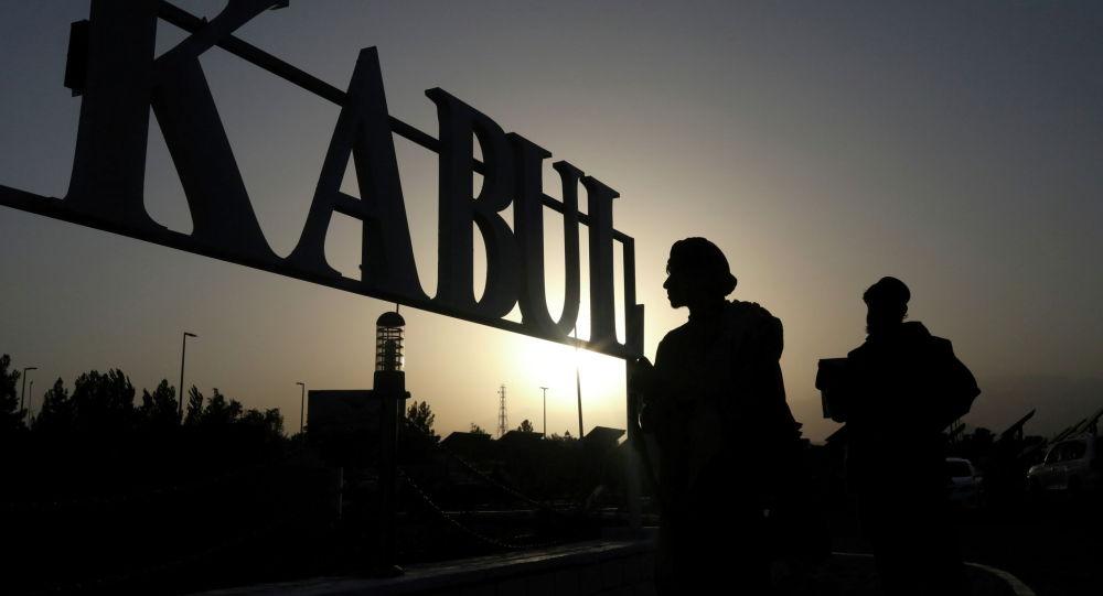 Солдаты Талибана стоят перед вывеской в международном аэропорту Кабула. Афганистан