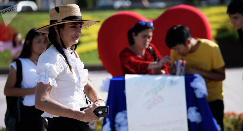 В Кыргызстан приехала французская актриса и художница Кокован с необычным проектом Мировое письмо