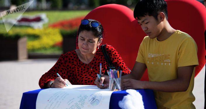 Люди пишут свои послания в инсталляции Мировое письмо француженки Кокован