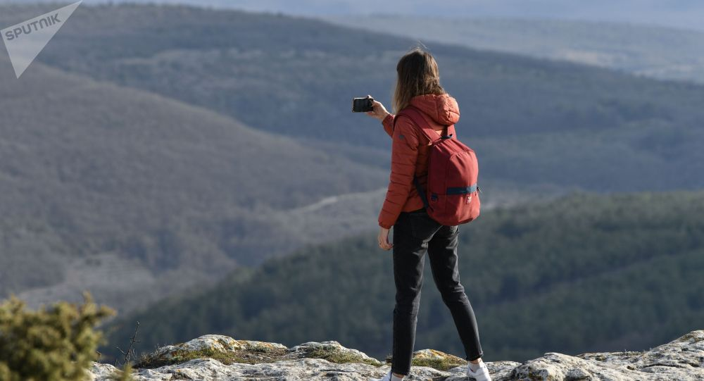 Туристка в горах. Архивное фото