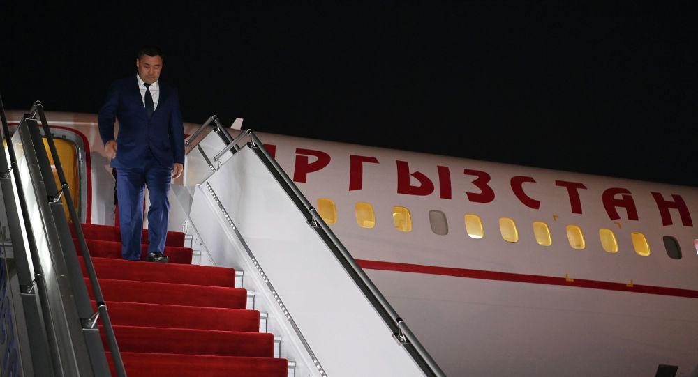 Президент Кыргызстана Садыр Жапаров спускается с трапа самолета, прибывший в Душанбе для участия в сессии Совета коллективной безопасности ОДКБ и заседании Совета глав государств-членов ШОС