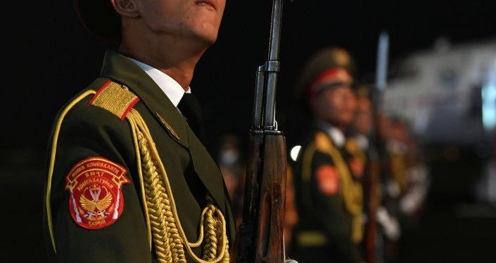 Почетный караул в аэропорту Душанбе во время прибытия президента КР Садыра Жапарова для участия в сессии Совета коллективной безопасности ОДКБ и заседании Совета глав государств-членов ШОС