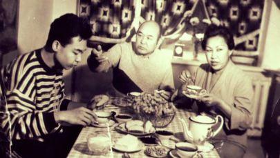 Известный музыкант Чалагыз Исабаев с супругой Народной артисткой ССР Самарой Токтакуновой и сыном Актаном. Фрунзе, 1987 год