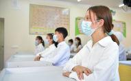 Школьники в медицинских масках на уроке. Архивное фото