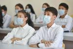Школьники в медицинских масках на уроке в средней школе. Архивное фото